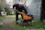 Папа чинит трактор