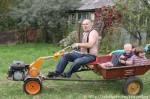 Дети уговорили папу покататься на тракторе.