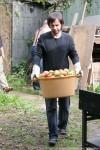 Ярослав несет яблоки