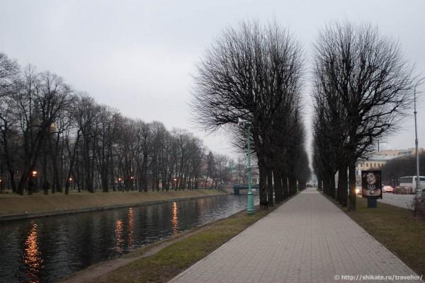 Аллея вдоль Мойки (на другой стороне - Михайловский сад)