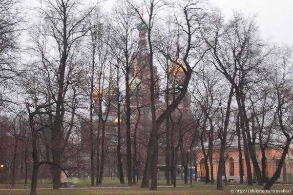 Храм через парк