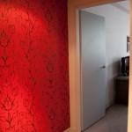 Яркая стена корридора - проход в комнату