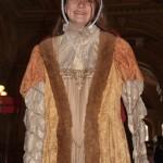 В холле стоят вешалки с историческими платьями