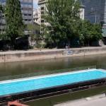 Бассеин в канале Дуная - для желающих освежиться в 28 градусов, Wienn, Austria
